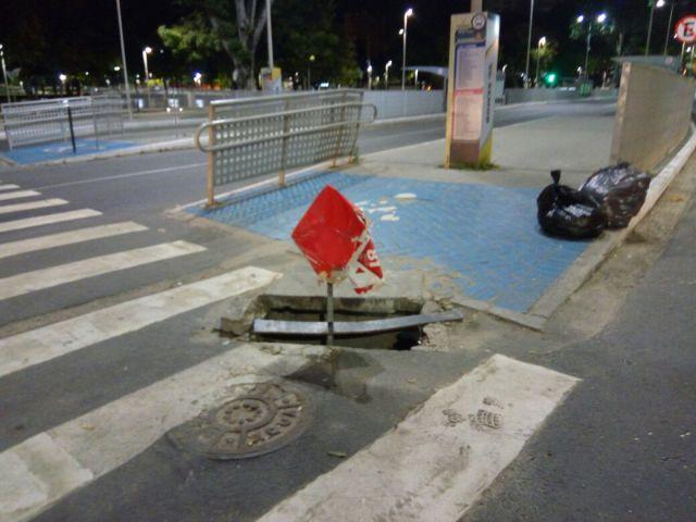 Buraco impede acesso de cadeirantes às paradas de ônibus da Nova Lagoa