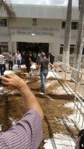 População protesta contra reajuste salarial de vereadores e joga esterco na Câmara de CG