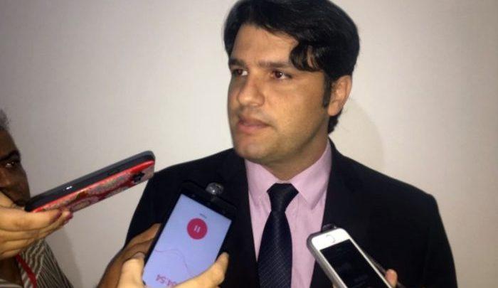 """Léo Bezerra ironiza """"bate cabeça"""" da oposição: """"já lançaram Manoel Jr., Pedro, Romero"""""""