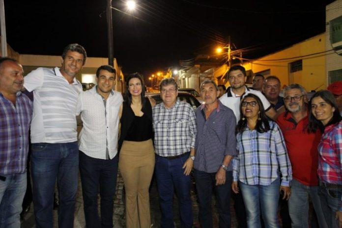 João Azevêdo prestigia apresentação de quadrilhas juninas em Remígio e cai no forró
