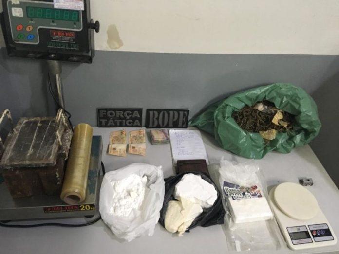 Polícia apreende mais de 2 kg de drogas em CG e captura três foragidos