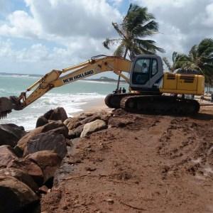 Mar avança sobre rodovia de município do RN que faz divisa com a Paraíba; veja vídeos