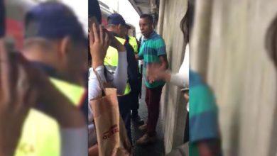 Vídeo mostra homem sendo detido após ejacular em jovem dentro de trem; assista