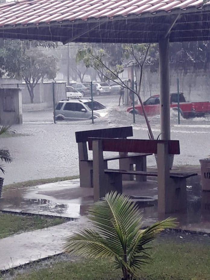 Dia de caos: chuvas alagam ruas e provocam congestionamentos no trânsito de João Pessoa