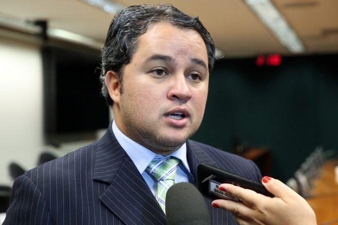 """Efraim Filho confirma pré-candidatura ao Senado: """"coragem não me falta"""""""
