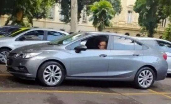 Fabrício Queiroz é flagrado visitando a sede do Governo do Rio