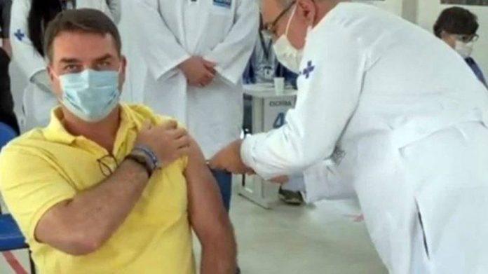 Médico paraibano vacina filho mais velho de Bolsonaro contra a Covid