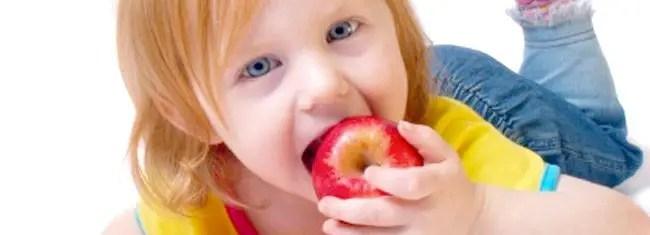 Crianca comendo maca
