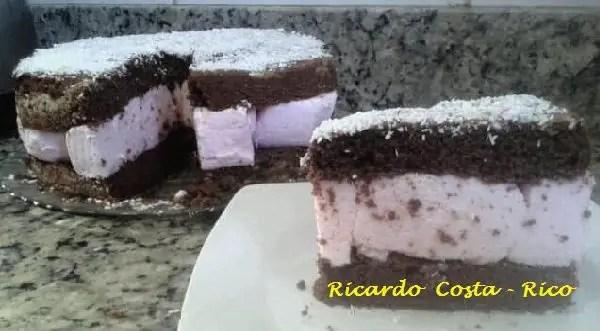 Tem Na Web - Bolo Ana Maria- Bolo de chocolate com recheio maria-mole de morango.