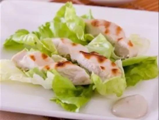 salada-caeser-com-frango-grelhado