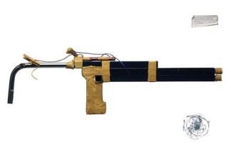 Shotgun. Fue creada con partes de una cama. Era disparada por baterías AA y cabezas de fósforos. En mayo de 1984, dos prisioneros en Celle, Alemania capturaron al carcelero como rehén y escaparon en un auto.
