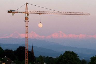 Se le esta realizando un mantenimiento de rutina a la Luna, la noche llegará con algunos retrasos.