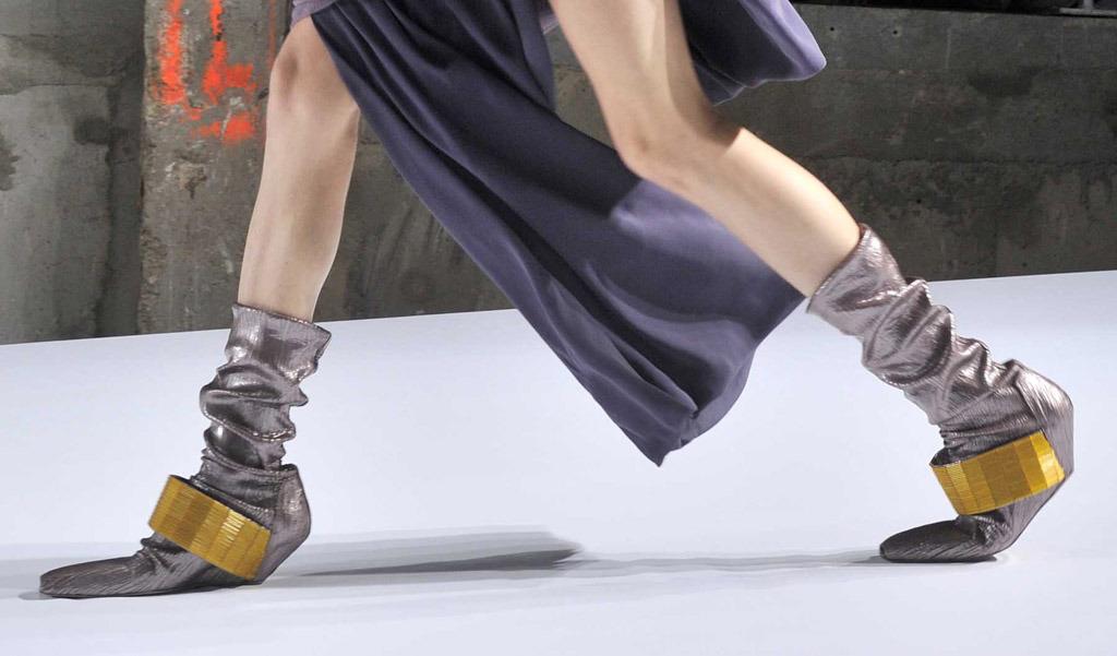 0828889d376 Παράξενα παπούτσια: Έρωτας, έμπνευση ή αντικείμενο χλευασμού; – Paramano