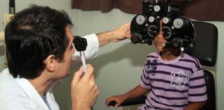 Pais devem levar filhos com frequência ao oftalmologista - Foto: Divulgação
