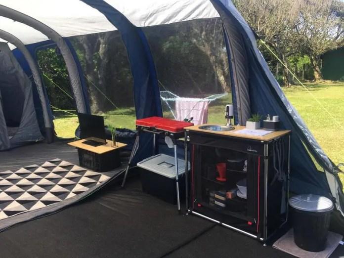 Cozinha compacta para acampamento vira negócio de família