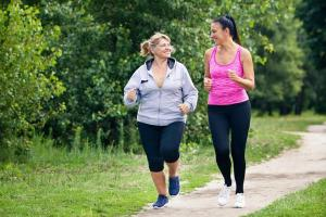 Esporte coletivo melhora pressão arterial e função vascular em mulheres na pós-menopausa, diz estudo