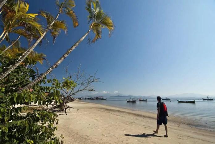 Ilha do litoral paranaense vacina 100% da população e recebe turistas