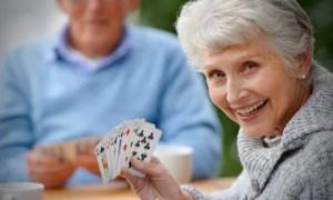 Jogar cartas, ler e escrever mantêm cérebro ativo e pode atrasar Alzheimer em 5 anos, diz estudo