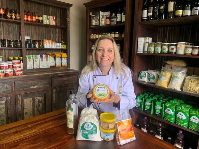 Com um restaurante à beira da rodovia, a empresária Rosane Radecki disponibiliza uma prateleira com produtos com IG (Crédito - Ronilda Chaves)