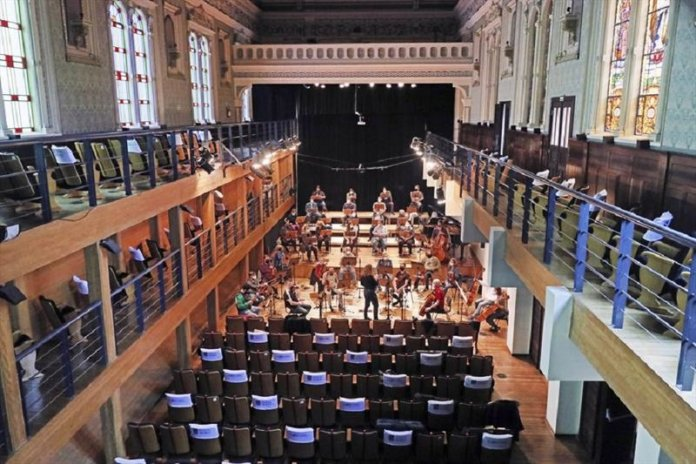 Com adaptações e protocolos, coro e orquestra da Camerata voltam ao palco