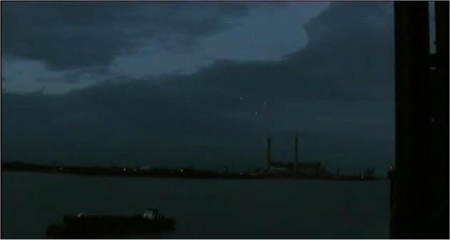 3 ovnis survolant une centrale électrique à Londres