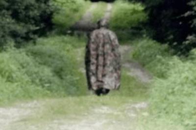 Un homme masqué hante une forêt en Suisse
