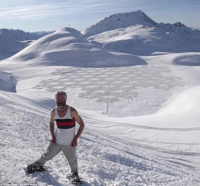 Il réalise les motifs les plus incroyables dans la neige grâce à ses pieds