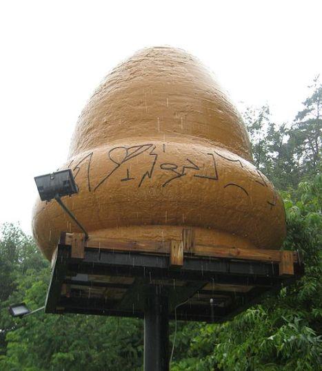 Reproduction de l'OVNI aperçu, fait originalement pour l'émission Unsolved Mysteries, placé près de la caserne des pompiers de Kecksburg.