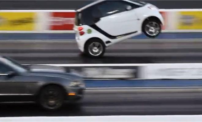 Une Smart bat une Mustang en vitesse