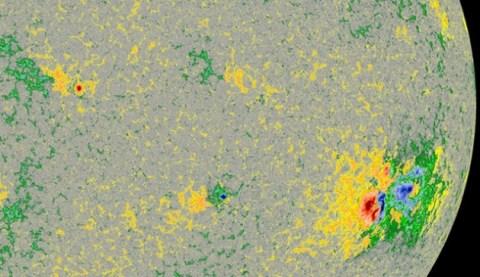 La carte magnétique du Soleil le 27 octobre. En rouge et en bleu les pôles magnétiques opposés. On reconnait facilement AR 2192 à droite.
