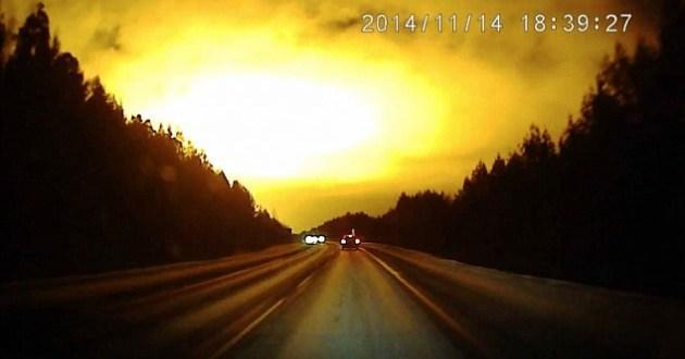 Météore, OVNI? Une lumière mystérieuse allume le ciel de Sverdlovsk, en Russie