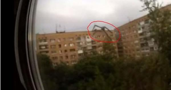 Une araignée extraterrestre géante filmée en Russie en train de grimper sur un HLM