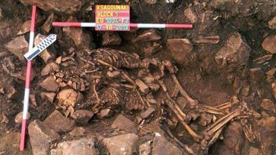 Un couple du néolithique découvert enlacé en Grèce