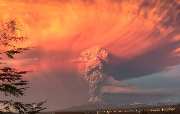 Chili: le volcan Calbuco entre en éruption par surprise!!