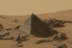 Une pyramide découverte sur Mars ?