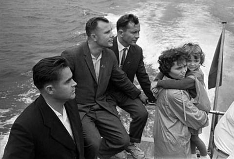 De gauche à droite: Andrian Nikolaïev, Youri Gagarine, Pavel Popovich, son épouse Marina Popovich et  leur fille en vacances en Crimée (1967).