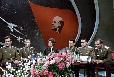 De gauche à droite: Pavel Popovich, Youri Gagarine, Valentina Terechkova, Valery Bykovsky, Andrian Nikolaïev et Guerman Titov dans un studio de télévision (1963).