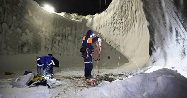 SIBÉRIE: DÉCOUVERTE D'UN TROU DE 35 MÈTRES DE PROFONDEUR