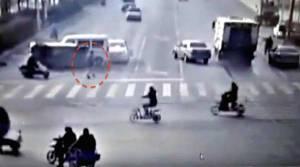Un extraterrestre s'énerve quand les voitures continuent de passer au rouge, il les stoppe de force !
