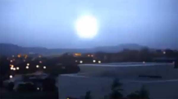 Un trou de ver s'ouvre dans le ciel de Canberra, Australie