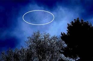 Un homme terrorisé filme un gigantesque OVNI dans le ciel