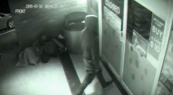 Un fantôme ou un voyageur temporel filmé pendant qu'il travers une porte fermée