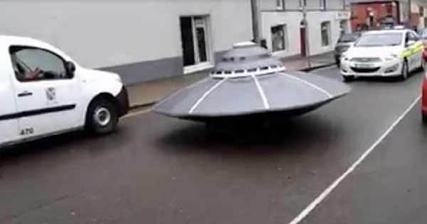 Course Poursuite entre une voiture de Police et un OVNI