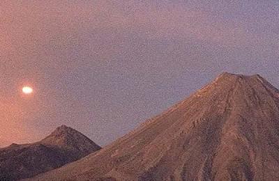 Un OVNI gigantesque survole le Volcan de Colima et fait un brusque virage à 90 degrés