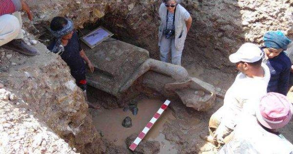De statues pharaoniques découvertes en Égypte