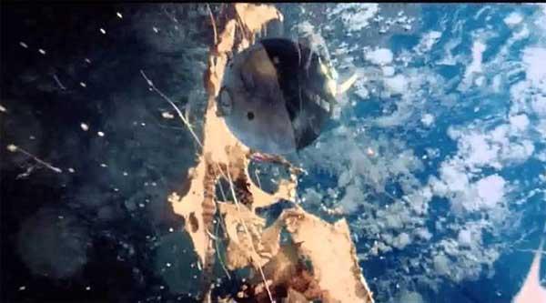 Vidéo: Une publicité controversée montre une Terre Plate et un Espace Liquide
