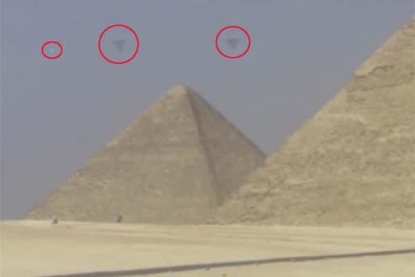 Des OVNIs au dessus des Pyramides : Une vidéo présentant très clairement des objets bizarres à Gizeh désormais virale
