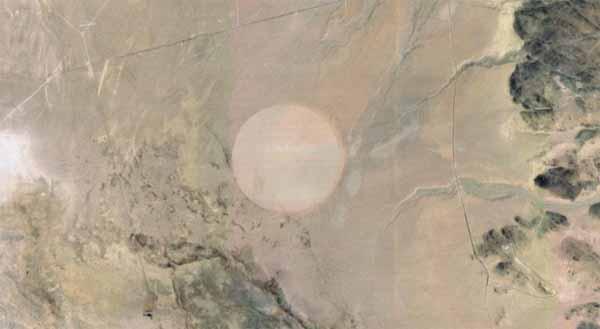 Une mystérieuse forme circulaire repérée dans le désert