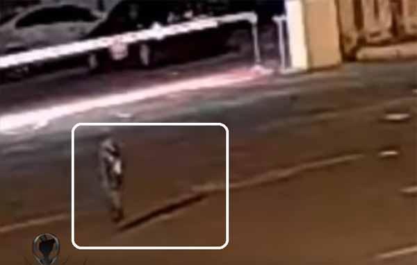 Vidéo: Un humanoïde filmé au beau milieu d'une route fait le buzz sur la toile