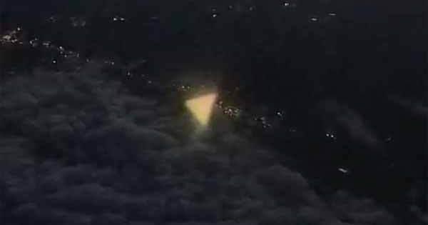 Vidéo: Un brillant Ovni triangulaire photographié par un passager depuis un avion au dessus du Texas